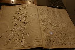 Livre en braille contenant du texte et une carte en relief